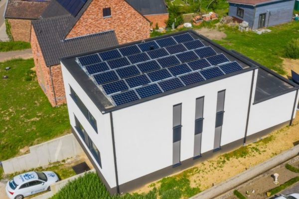 Nieuwbouwhuis met zonnepanelen op het dak