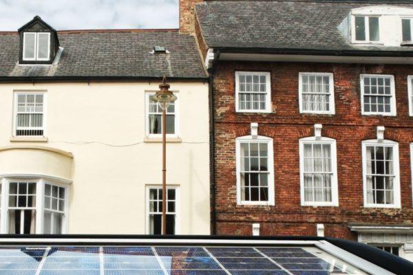 Twee huizen met daarvoor apart zonnepaneel