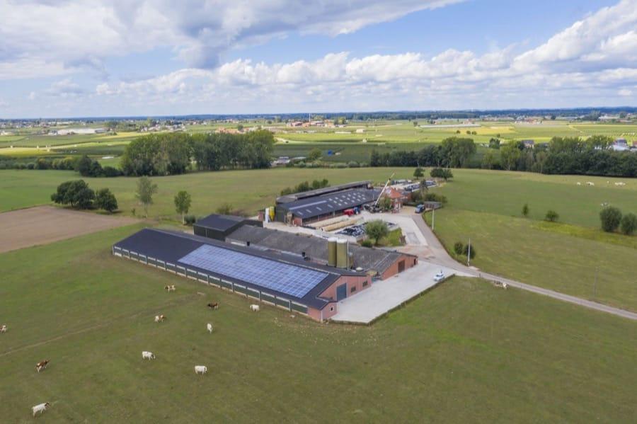 luchtfoto zonnepanelen op dak