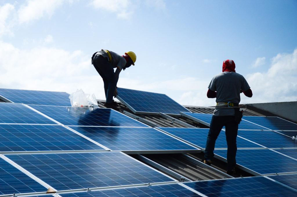 zonnepanelen foto mannen op dak